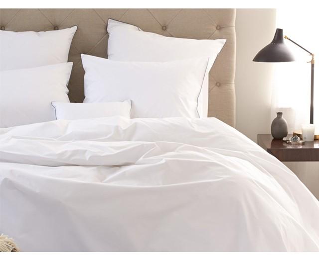 パリッとしたホテル品質のリネンのベッドで眠る